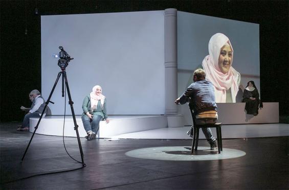 """""""Glaubenskämpfer"""" im Schauspiel: Live-Projektionen verstärken die Empathie mit den Protagonisten. Foto: David Baltzer / Schauspiel"""