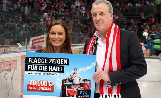Bei der Scheckübergabe für die Junghaie vor dem ersten Play-Off Spiel der Kölner Haie: Nadine Göllner (NetCologne) und Michael Lüttgen (Vize-Präsident der Junghaie)