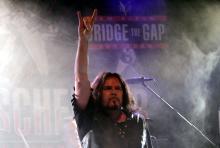 Doogie White: Der schottische Sänger kennt die großen Rockposen aus dem Effeff. (Foto: Helmut Löwe)