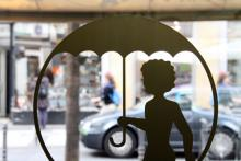 Gut beschirmt mit Schirm Bursch in der Kölner Innenstadt. (Foto: Sebastian A. Reichert)