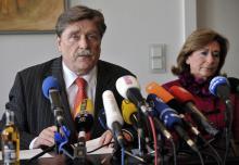 OB Fritz Schramma bei seiner Rückzugserklärung, rechts seine Frau Ursula (Foto: ddp)