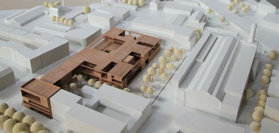 Das Modell der neuen Schule auf dem Heliosgelände; rechts die Rheinlandhallen und der Heliosturm. Foto: Jürgen Schön