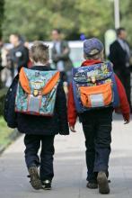 Grundschüler mit Schulranzen 160 Euro für die Erstausstattung von Erstklässlern (Bild: ddp)
