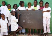 """Die Hälfte des Erlöses kommt dem Unicef-Projekt """"Schulen für Afrika"""" zugute. (Foto:© Unicef, Julia Zimmermann)"""