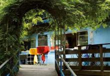 """Das """"Schwimmbad"""" ist heute ein Biergarten im idyllischen Grün. (Foto: Britta Schmitz)"""
