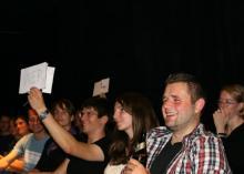 Voting im Publikum: Per Handzettel entscheiden die Zuschauer, welcher Vortrag der Beste war. (Foto: scienceslam.de)