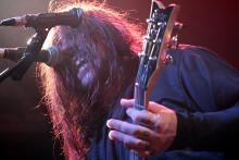 Shaun Morgan: Ensemble aus zwei Mikros und viel Haar. (Foto Helmut Löwe)