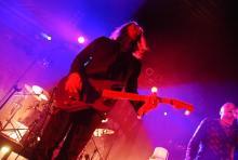 Von der Rhytmusgitarre zum ausschweifenden Solo: Christian Neander, verantwortlich für die Musik Seligs. (Foto: Helmut Löwe)