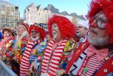 Karnevalisten auf dem Heumarkt: wollen friedlich und fröhlich in die neue Session schunkeln. (Foto: Sebastian Reichert)