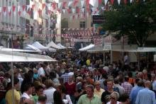 Die Severinstraße lädt zum Sonntagskauf: die Massen strömen ins Vringsveedel (Foto: red)