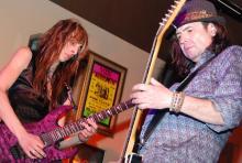 """Nachwuchtalent gegen Rock-Haudegen: Dario Lorina (li.) und Motörheads Phil Campbell lieferten sich in Köln eine """"lautlose Gitarrenschlacht"""". (Foto: Helmut Löwe)"""