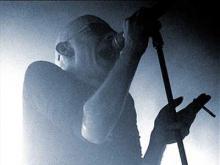 Auf der Bühne im Nebel kaum wahrzunehmen: The Sisters of Mercy-Sänger und -Kopf Andrew Eldritch