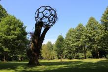 Wer hat den Fußball da hoch geschossen? Plastik von Menger & Herderich im Schlosspark Stammheim. Foto: Jürgen Schön