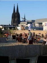 Der Sky Beach Cologne Blick über die Dächer der Stadt (Bild: Skybeach.de)
