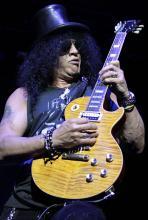 Slash in einer Pose, wie man ihn kennt - als Rockstar. (Foto: Helmut Löwe)