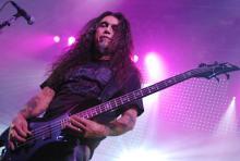 Wo er singt, wächst kein Gras mehr: Tom Araya, Slayer-Bassist und Shouter. (Foto: Helmut Löwe)