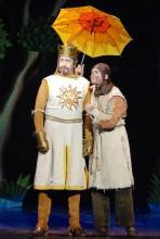 Mit der Gesamtsituation unzufrieden: König Arthur wird von Diener Patsy aufgemuntert. (Foto: Helmut Löwe)