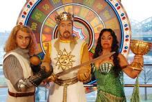 Voller Verrücktheiten: Sir Galahad, König Arthur und die Schöne aus dem Schilf. (Foto: Helmut Löwe)