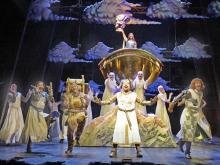 Los geht's: Die Schwertkämpfer wagen ein flottes Tänzchen. (Foto: Catherine Ashmore)