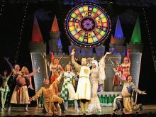 Ritter im Glücksrausch: Showgirls verbreiten Stimmung. (Foto: Original U.S. Touring)