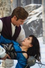 Schneewittchen (Lily Collins) in den Armen von ihrem Prinzen (Armie Hammer). (Foto: Studiocanal)