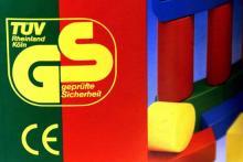 Prüfsiegel, wie das CE- oder GS-Zeichen, geben Ihnen Auskunft über die Qualität eines Spielzeuges. (Foto: dapd)