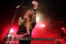 Bassist Lexxi Foxx: Köln, 21:45 Uhr - wüstes Treiben auf der Bühne, das Makeup sitzt dank Spiegel. (Foto: Helmut Löwe)