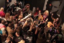 Steel Panther singen vor kleiner und begeisterter Fanschar. (Foto: Helmut Löwe)