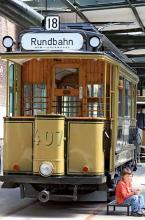 Durch einen alten Straßenbahnwagon betritt man themengerecht das Straßenbahnmuseum. (Foto: Britta Schmitz)