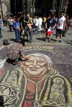 """Papst Benedikt wird zu """"Pflaster"""" gebracht. Foto: dapd"""