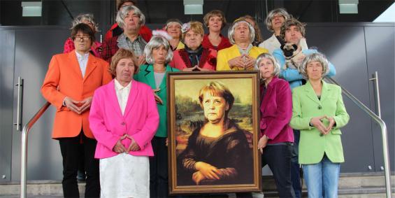 14 Stunker halten Bundeskanzlerin Angela Merkel in karnevalistischen Ehren. Foto: Jürgen Schön