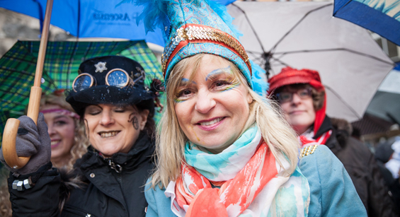 Weiberfastnacht in Köln: Trotz Sturm-Wetter: Straßenkarneval findet wie