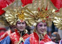"""Verkleidete Mitglieder einer Delegation aus Peking führten die """"Schull- und Veedelszöch"""" an. Foto: Roberto Pfeil/dapd"""