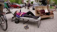 """Am """"Tag des guten Lebens"""" lassen es sich die Ehrenfelder gut gehen. (Foto: Screenshot/Trailer)"""