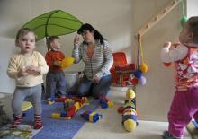 Spielen mit Gleichaltrigen bei der Tagesmutter (Foto: dapd)
