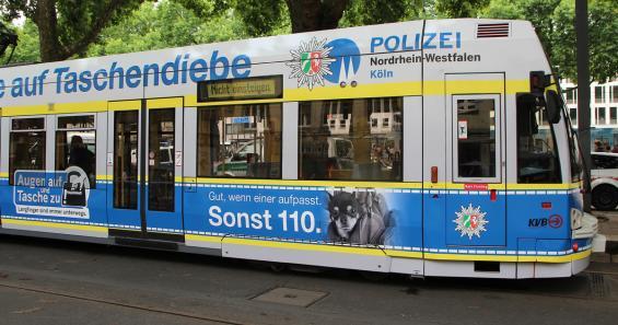 Diese Straßenbahn warnt als rollende Werbetafel vor Taschendieben. Foto: Jürgen Schön