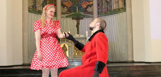 Probelauf in der Ehrenfelder Friedenskirche: Die Arturo-Schauspielschule zeigt in der 14. Kölner Theaternacht Ausschnitte aus Shakespeare-Stücken. Foto: Jürgen Schön