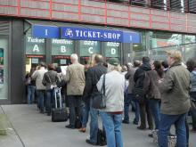 Lange Schlangen warten vor den Schaltern des Ticketshops 1. (Foto: Katharina Mengede)