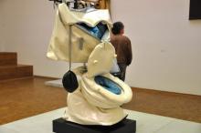 """Die """"Soft toilet"""" (Weiche Toilette) ist Teil der Ausstellung. Foto: kb"""