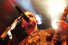 Mark Tremonti spielt nicht nur verdammt gut Gitarre sondern singt in seiner eigenen Band auch noch. (Foto: Helmut Löwe)
