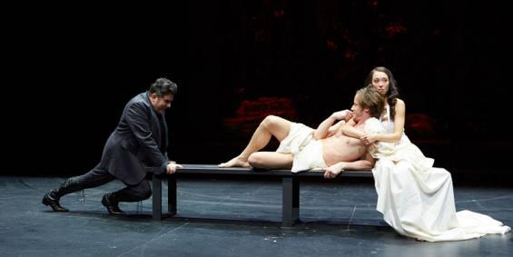Pandarus (Bruno Catrhomas, l.) hat's geschafft und seine Nichte Cressida (Nicola Gründel) ins Bett von Troilus (Nikolaus Benda) gebracht. Foto: Tommy Hetzel / Schauspiel Köln