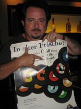 Ü-50 Party im Gloria - Toto Mitglied Steve Lukather präsentiert das Ü50 Plakat (Foto: Ralf Kennel)