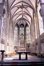 Vorderes Kirchenschiff mit Altar (Foto: Marie Neuhalfen)