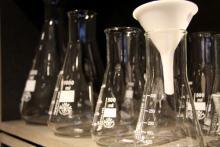 Labor- und Weinglas Erlenmeyer-Kolben mit verändertem Einsatzgebiet bei Utensil. (Foto: Sebastian A. Reichert)