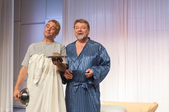 Millionär Gottlieb (Jürgen von der Lippe, l.) will seinen Sohn Paul (Ingo Oschmann) mit allen Mitteln unter die Haube bringen. Foto: Jennifer Zumbusch