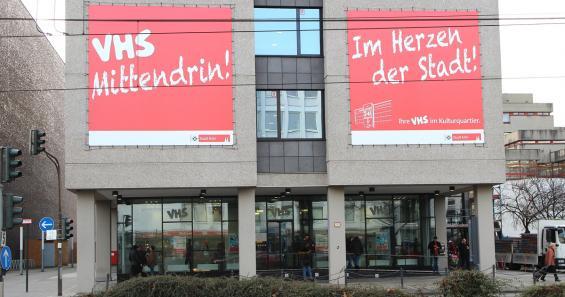 """""""VHS mittendrin"""": So macht die Volkshochschule am zentralen Studienhaus am Neumarkt auf sich aufmerksam. Foto: Jürgen Schön"""