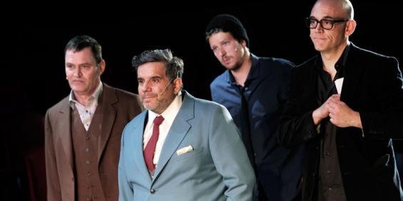 Wissen die Wahrheit zu verhindern: Verleger (Jörg Ratjen), Bürgermeister (Bruno Cathomas), Redakteur (Thomas Brandt) und Chefredakteur (Robert Dölle). © Thomas Aurin / Schauspiel