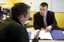 In einem Vorstellungsgespräch sollten Bewerber gut vorbereitet sein. Foto: ddp.