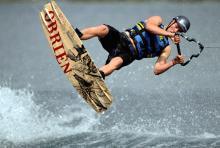 Rasen übers Wasser und fliegen durch die Luft: Wakeboarder auf einem Kölner See (Foto: ddp)