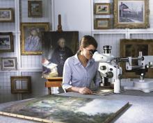 Restauratorin bei Stereomikroskopie, Abteilung für Restaurierung und Kunsttechnologie im Wallraf, Foto: Museum